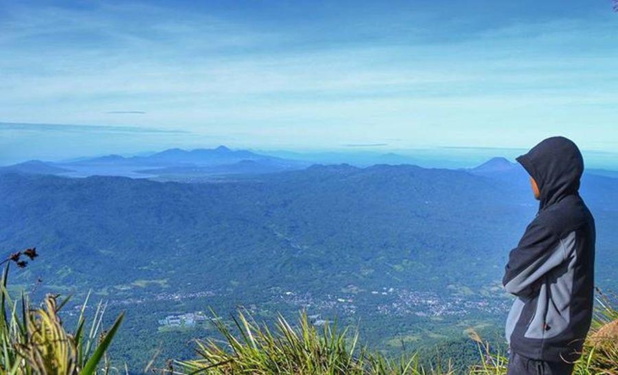 Gunung Klabat 1995 Mpdl Pemandangan yang hanya bisa didapat dengan, berjalan membawa beban selama 8 jam, melawan dingin yang menusuk, dan melawan tekat yang hampir runtuh. Lokasi : Gunung Klabat - Manahasa Utara - Sulawesi Utara Gear : Nikon D3200 Manado Sulawesiutara Gunungklabat Minahasa @instagunung_ Instagunung