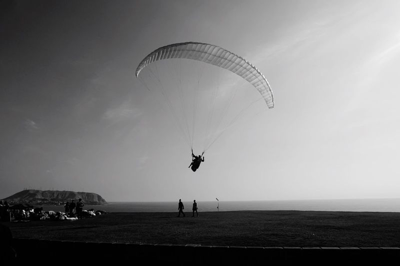 Real People Leisure Activity Adventure Parachute Extreme Sports Sea Men Nature Sky Beach Outdoors Lifestyles Paragliding Large Group Of People Day Sport Vacations Flying Scenics Water EyeEmNewHere