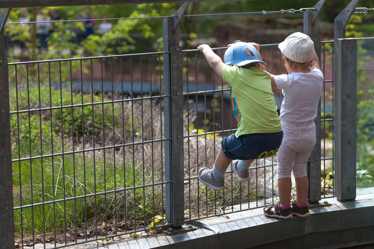 friend's in zoo Girl Boy Germany Bavaria Nürnberg Zoo Child Bonding Togetherness Childhood Full Length Males  Tennis Love Affectionate Family Chainlink Fence Chainlink Security Locked Safety Slide - Play Equipment Single Parent Family Bonds Fence Wire Mesh