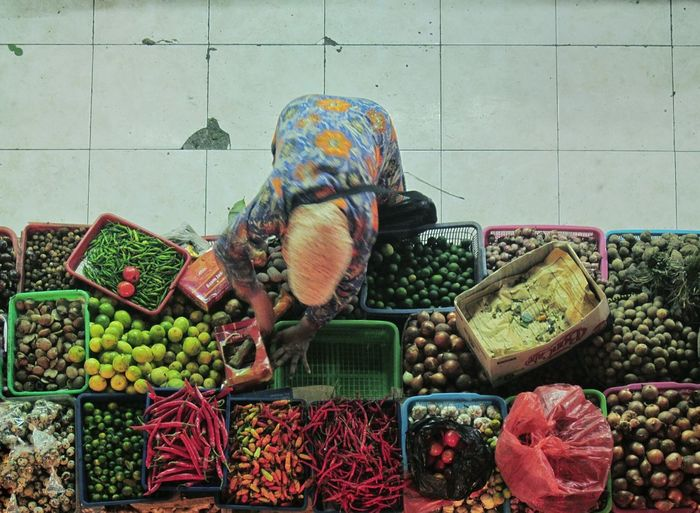 Food Market Multi Colored Market Stall For Sale Large Group Of Objects Vegetable Stack Choice Healthy Eating Retail  Fruit Variation Freshness Economy Business Traditional Market Traditional Marketplace Asian Market Indonesian Market Overhead View Woman Working Woman Selling Women Around The World