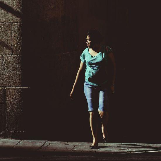 Glance at an uncertain light   Mirada a una luz incierta Streetphotography People Watching Exploring Urban Exploring