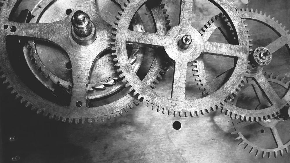 Clock Uhr Uhrwerk Clockwork Wheels Räder Zahnrad Standuhr Messing Platine Arbeit Working Blackandwhite