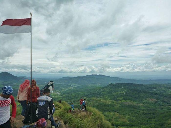 Memandang dari ketinggian, menatap luas dan indahnya sebagian indonesia. Terima kasih atas jasa kalian para pejuang yang mempertahankan indonesia. Consinasumpahpemuda Theoutdoorlifestyle Consinachallenge BeautifulIndonesia Iloveindonesia Sumpahpemuda Gunungbatu Explorebogor Onedaytrip Alonetraveler INDONESIA Jalanjalan Traveller