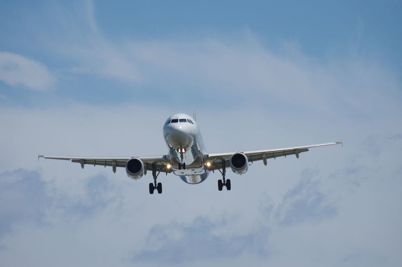 ようこそ! / 잘 오셨습니다! / Landing A320 of ASIANA Airlines at Sendai airport in Sendai, Miyagi, Japan. A320 Airbus A320 Asiana Airlines Blue Sendai Airport Sky アシアナ航空 エアバス 仙台空港