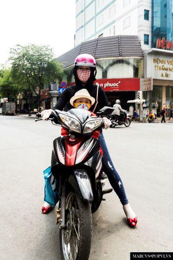 Título: Saigon 2. Autor: Marcus Populus Lugar: Saigon (Vietnam) Cámara: SONY SLT A65V Punto F: f/5.6 Tiempo de exposición: 1/125s Velocidad ISO: 100 Distancia focal: 18mm Building Exterior City Day Mode Of Transport Motorcycle People Scooter Street Transportation