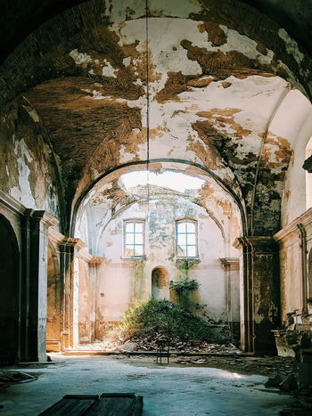 they took it all Travel Photography Pixel2 VSCO Wanderlust Traveling Italy🇮🇹 Basilicata, Italy  Craco , Italia 🇮🇹 The World Is Mine Arch Architecture Entryway Closed Door Wall Worn Out Discarded Peeled Decline Historic Entrance Building Interior Arched