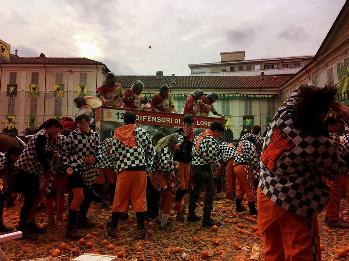 Carnival Crowds And Details Battle Of The Oranges carnivale d Carnivale Di Ivrea Oranges