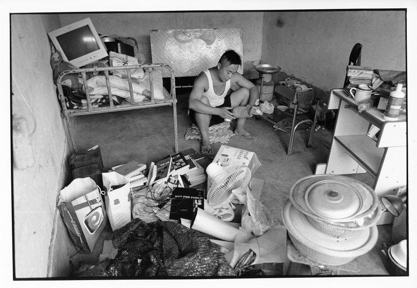 许多租房住的艺术家,总是不能避免搬来搬去的动荡生活。有些是为房租考虑,有些是为机遇考虑、地理条件等等,不一而足。图为马上搬迁入新居,东西都还未来得及收拾。马上租住的这种杂院里的单间房,是最便宜的,当时只要几十元钱。现在宋庄再也找不到这个价位的房子了。 马上原是盲虫乐队鼓手,另两位乐队成员是主唱兼吉它纹子,贝司懂卓。乐队来宋庄不久就解散了。贝司手回了老家。纹子继续做音乐,同时创作行为作品。马上开始写乐评,并创作实施行为作品。2004年 12820764 10909308 1613 5093