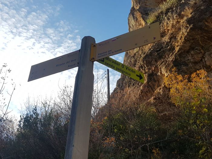 señala y guía Señales Caminata Dia Madera Rocas Montañas❤ Safety Guidance Sky Low Angle View Road Sign Outdoors No People Day EyeEmNewHere