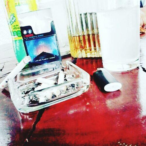 vivo en mi atmosfera de alcohol y humo 🍻🚬 Charles Ans ;)