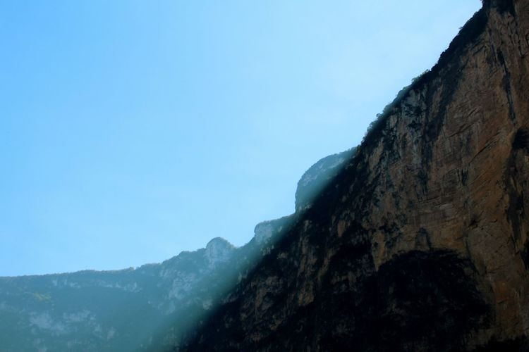 Claro oscuro. Mountain Blue Nature No People Sky Outdoors Mountain Range Clear Sky Day Winter Cliff Beauty In Nature Rock Face Chiapas, México Cañón Del Sumidero Tree Nature Chiapas Travel Destinations Illuminated Scenics Beauty In Nature
