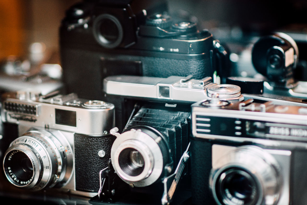 camera - photographic equipment, photography themes, retro styled, old-fashioned, lens - optical instrument, technology, antique, old, movie camera, vintage, obsolete, no people, camera, close-up, digital camera, indoors, slr camera, photographing, digital single-lens reflex camera, day