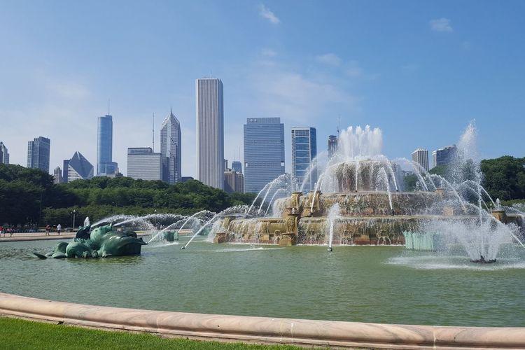 Buckingham fountain Chicago Illinois City Cityscape Urban Skyline Water Skyscraper Modern Tree Spraying Downtown District