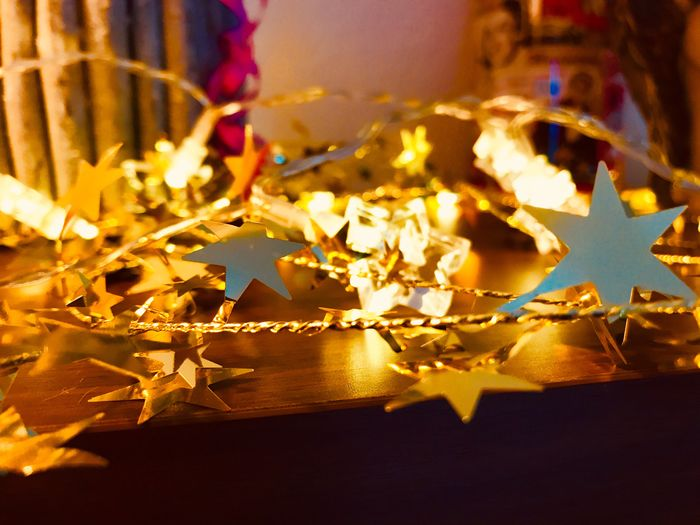 Adventszeit Weihnachtszauber  Gold Sterne  Weihnachtsstimmung Vorweihnachtliche Stimmung Vorweihnachtszeit Adventszauber Adventszeit Burning Fire Flame Fire - Natural Phenomenon Close-up Focus On Foreground Illuminated No People Heat - Temperature Celebration Indoors  Nature Decoration Night Holiday Christmas Glowing Paper