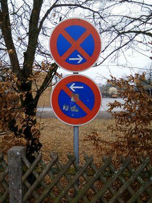 Verbot Verboten Forbidden Schilder No Parking Sign Schild Road Sign Verkehrsschild Verkehrszeichen Staßenschild Straßenrand Outdoors No People