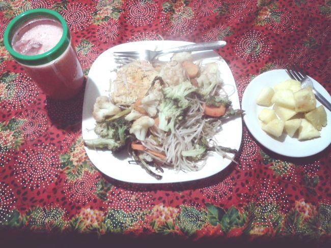 Si, tengo hambre. Filete de atun con algunas verduras, agua de sandia y de postre un poquito de pina! ;)