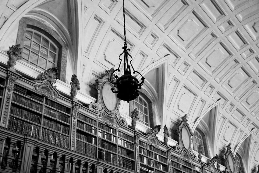 One of the many brilliant Portuguese libraries, in the National Palace of Mafra. Uma das muitas brilhantes bibliotecas portuguesas, no Palacio Nacional de Mafra Ancient History Books Bookshelf DxO Optics Pro 9 EyeEm Best Shots EyeEm Gallery EyeEmBestPics Hallway Hdr_Collection Library Mafra, Lisboa, Portugal Palaces Sony DSC-R1 Ancient Architecture Architecture Built Structure Day Eye4photography  Hdrphotography Indoors  No People Palace