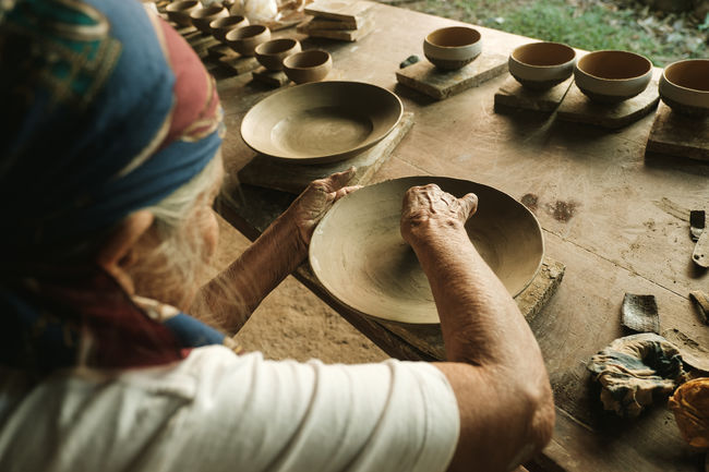 Cerámica de Chazuta - Tarapoto. Perú Peru Art Ceramics Chazuta Clay Craftsperson Culture Cultures Handcraft Handmade Handwork High Angle View Manual Worker Modeling Occupation Oldwoman Painting People Peruvian Pots Pottery Pottery Wheel Tarapoto Wheel Throwing Working