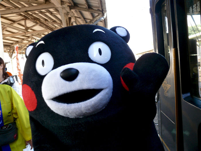 ONEKYUSHU くまもとサプライズ (熊本県の営業部長兼しあわせ部長) イン 長崎駅 : today at 14:51 LEICA V-LUX1 35mm de Happy afternoon. Close-up KUMAMON Mascot Nagasaki Station On The Platform One Shot Wonder Out Of Focus Today's Hot Look Walking Around Taking Pictures くまもん