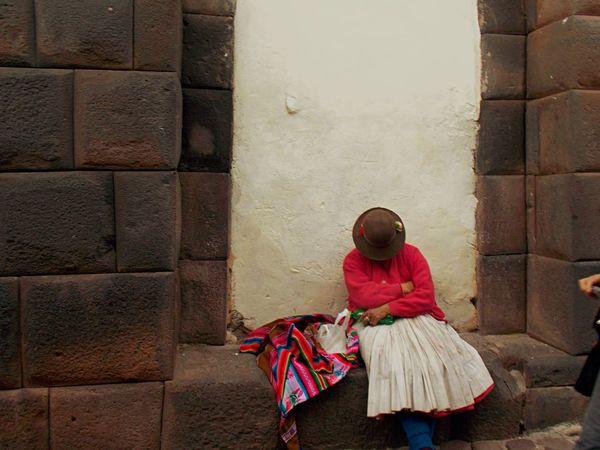Cholita descansando en medio de la cuidad de Cuzco Taking Photos Traveling Peru Latinoamerica Experiencing Life Snapshots Of Life Culturas Hello World