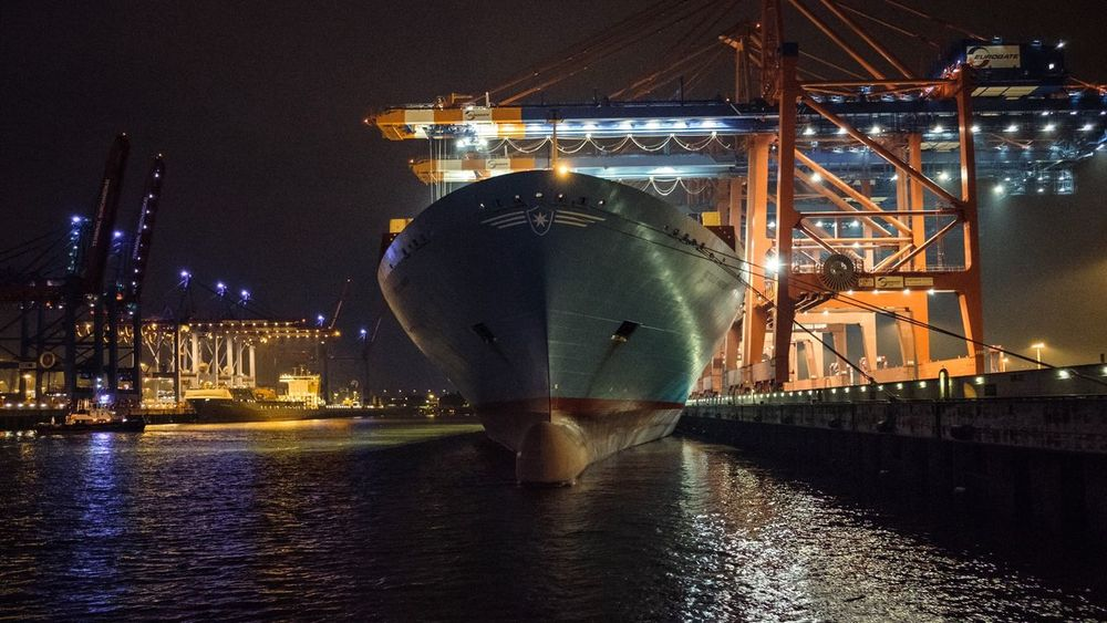 Learn & Shoot: After Dark Hamburg Hafen Container Ship Night