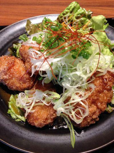 鶏唐揚げの甘酢かけ。煎餅的な衣と甘酢が合間って、歌舞伎揚げ的な味だった。