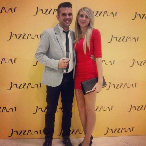Con la chica más bonita del mundo en la fiesta del lugar que cruzó nuestros caminos Fiesta Jazzplat Pareja Moreno Rubia