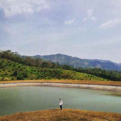 Suka jarambah? Kali ini sy mau ngenalin kamu sama salah satu tempat anti mainstream di sekitaran Bandung, tepatnya di Padalarang, Kab. Bandung Barat. Ini adalah sebuah danau buatan yg cukup luas. Danau ini cukup unik krn berada diatas bukit dan berada dibawah kaki gunung. Fungsi utama dr danau ini adalah sebagai sumber pengairan bagi perkebunan yg ada dibawahnya. Sumber utama dari air di danau ini adalah berasal dari air hujan, karena hal itu pula danau ini diberi nama DANAU TADAH HUJAN CIPATAT PADALARANG.. ====================================== Ayoo tag temen kamu dan ajak untuk jarambah kesini.. Ridwanderful JarambahBandung DiBawahLangitBandung BandungIsMe TravelingPakeReceh
