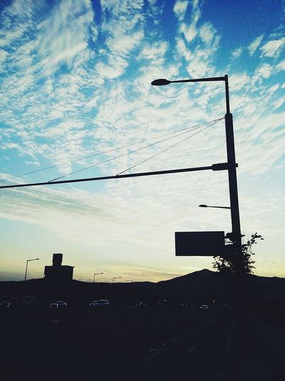 차도에서의 맑은 하늘 맑은하늘 구름 도로위