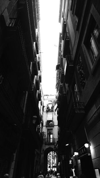 Walk with me? Barcelona Dia Eyeemphotography Scenics Architecture City Low Angle View Built Structure Cataluña Cataluñaexperience Black And White Collection  Fortheloveofblackandwhite Luz E Sombra Catalunya Barcelona Catalunya Lliure Black And White Photography Blackandwhitephotography EyeEm Best Shots - Black + White Blanco Y Negro Blancoynegrofoto Eye4black&white  Blackandwhite Photography Tu Cityscape Outdoors Caminar