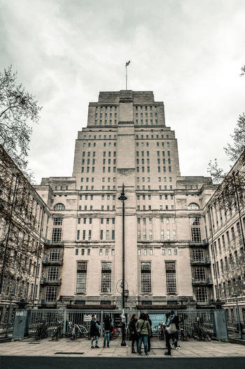 Senate House The Art Deco building was constructed between 1932 and 1937 as the first phase of a large uncompleted scheme designed for the University by Charles Holden. It consists of 19 floors and is 210 feet (64 m) high. George Orwell's wife Eileen worked in Senate House for the Censorship Department of the Ministry of Information and her experiences acted as the description of the Ministry of Truth in Orwell's 1949 novel Nineteen Eighty-Four. The Photojournalist - 2016 EyeEm Awards The Architect - 2016 EyeEm Awards London Architecture Architecture_collection Architectural Detail Art Deco Architecture Art Deco Senate House London Alucyart Nikonphotography Nikon D5100