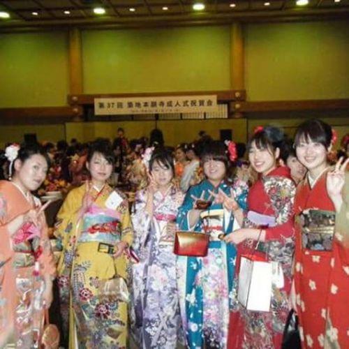 成人式はもはや6年前...若 成人式 Comingofageceremony 築地本願寺 Tsukiji 6yearsago 国女 紅型 この頃から人と被るのすごく嫌でこの着物にたどり着いた笑 写真撮影も黄色い着物のかたと言われるくらい周りはこの色をチョイスしないの 当時はね アロハポーズじゃなくピースちゃんとしてる