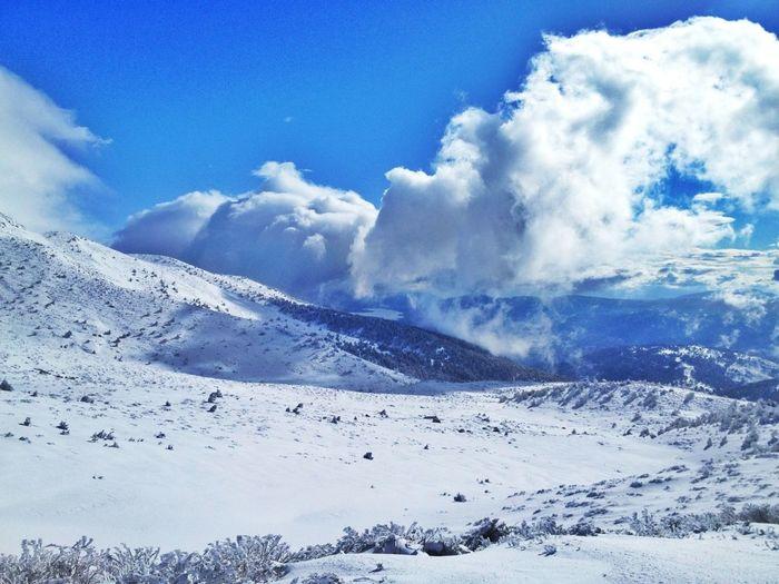 "Mañana Vuelvo Con Mejores ""armas"" Jeje #skimo #skicrosscountry #esquídefondo #peñalara #cotos #pnpeñalara #training #gasss #mountain #ilovemountains #beforework #nevada #snowstorm #happy"