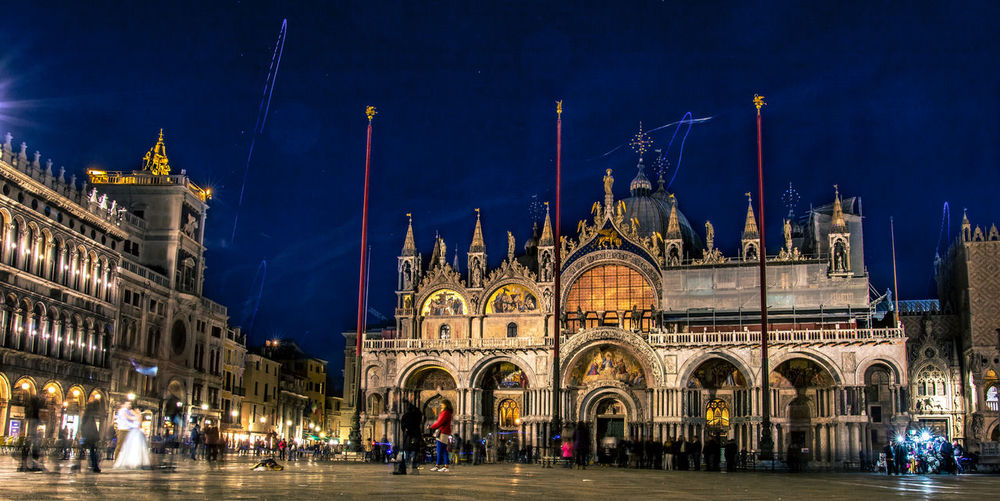 Piazza San Marco by night Architecture Basilica Di San Marco, Feiern, Hostoric Buildings, Kalt, Kirche, Lichter, Markusplatz, Markusdom, Venedig, Nacht, Blau Stunde, Blue Hour, Venice, Hochzeitspaar, Marriage, Couple, Dancing, Tanz, Regen, Rain, Menschen, Platz, San Marco, Touristenattraktion, Building Exterior Built Structure Illuminated Large Group Of People Night Outdoors People Religion Sky Travel Destinations