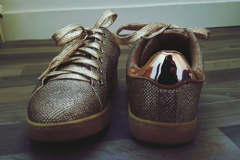 Golden Shoes Lifestyle Chilling Glitter Glow Pair Shoe Close-up Fashion Shoeselfie Addiction Reflection Girl Chaussures  Dore Achat Basket Miroir Mon Beau Miroir