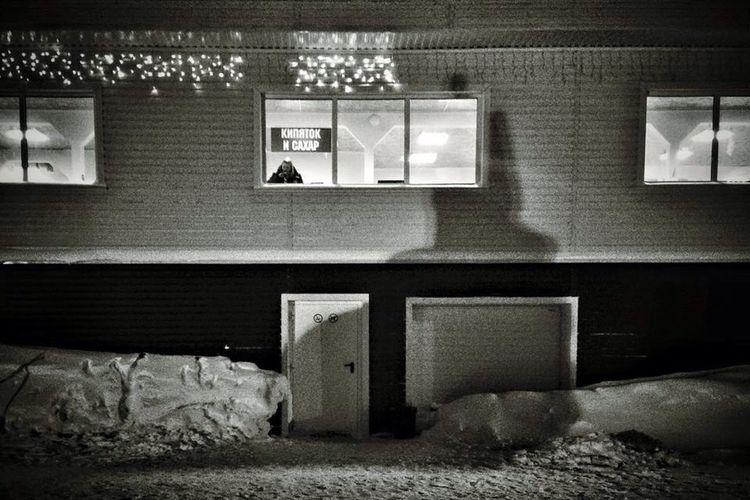 зима снег кипяток дом человек вечер полярная ноч ь