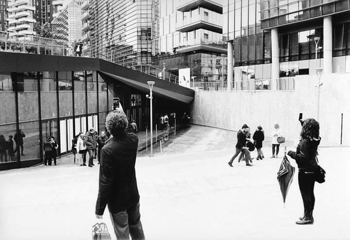 Milano, piazza Lina Bo Bardi, MIA photo fair 2016. Minolta X700 + Rokkor 35mm + Kodak 400 TX. Scansionecda stampa su carta Ilford MGIV RC deluxe. Milano Milan Milan,Italy Black And White Photography Blackandwhitephotography Black & White Persone Person Fotografando Photographing Cogli L'Attimo Lina Bo Bardi Piazze Italiane Piazze
