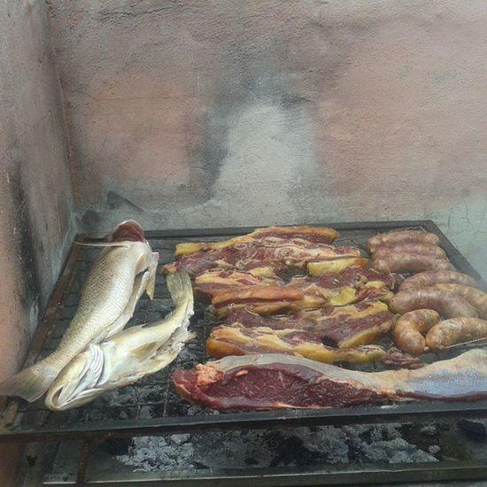Los peces de los pescadores profesionales y un poco de carne y choris... Santaclara