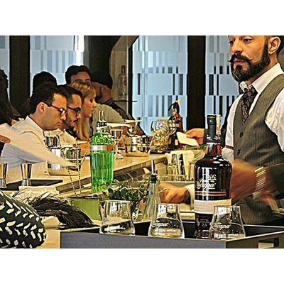 Os competidores revezam o desafio, ambos seguido do desafio Against the clock 🍷🕝✔ Diageo Worldclass Competition Beard Tanqueray Tanquerayten Zacapa Ron Premium Xo Jurados