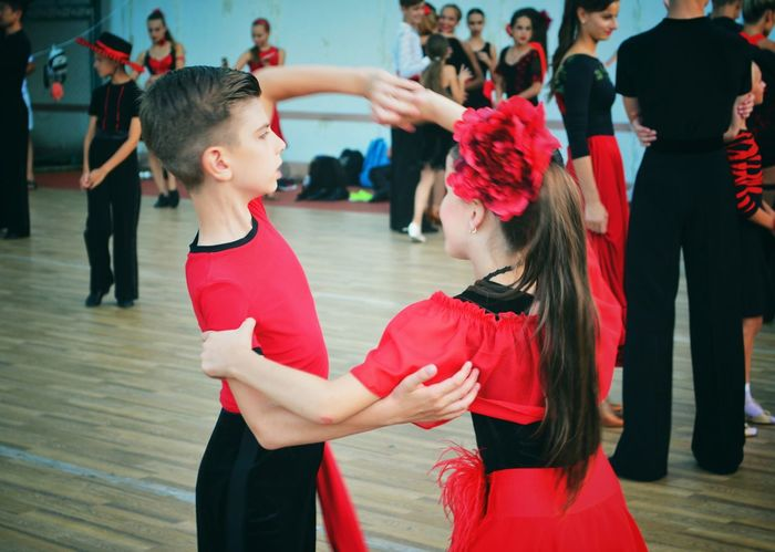 Friendship Togetherness Teamwork Real People Coach Music Dancer Leisure Activity Large Group Of People Motion Dancing Dance Ballroom Dancing Dance Floor Lifestyles Healthy Lifestyle Arts Culture And Entertainment Competition Sport Boys And Girls Outdoors Enjoyment