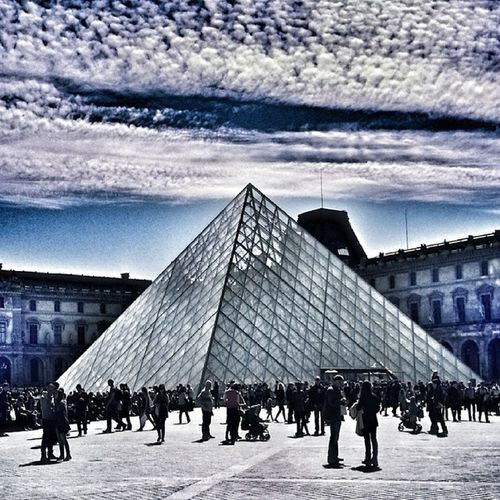 Picofthenight Photooftheday taken After Lunch at Muséedulouvre @museelouvre PyramideDuLouvre Pyramide du Louvre Rivoli Strange Clouds Cloudy Day