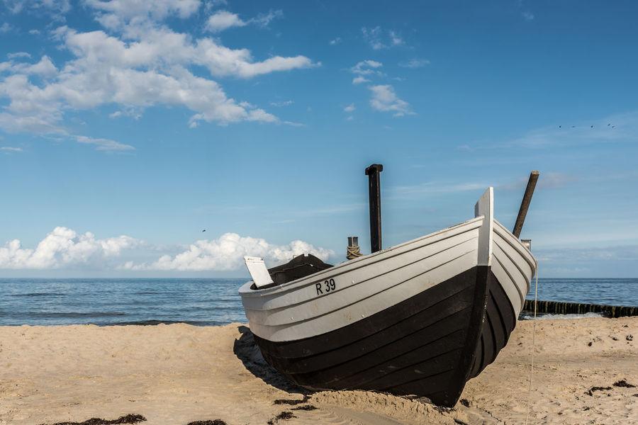 Boot Deutschland Fischerboot Himmel Horizont  Mecklenburg-Vorpommern Meer Nachmittag Ostsee Sand Sonnenschein  Spätsommer  Strand Ufer Usedom Vogel Wasser Wolken