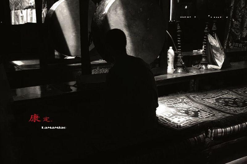 康定市安觉寺大殿内诵读经文的小喇嘛,只看背影,就足矣震撼心灵。