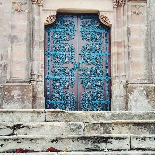 Cerrando una puerta pero abriendo muchas otras...👣Comillas Cantabria Haroconhacheturista Liveisachance Explorer Instadaily Photooftheday Doors