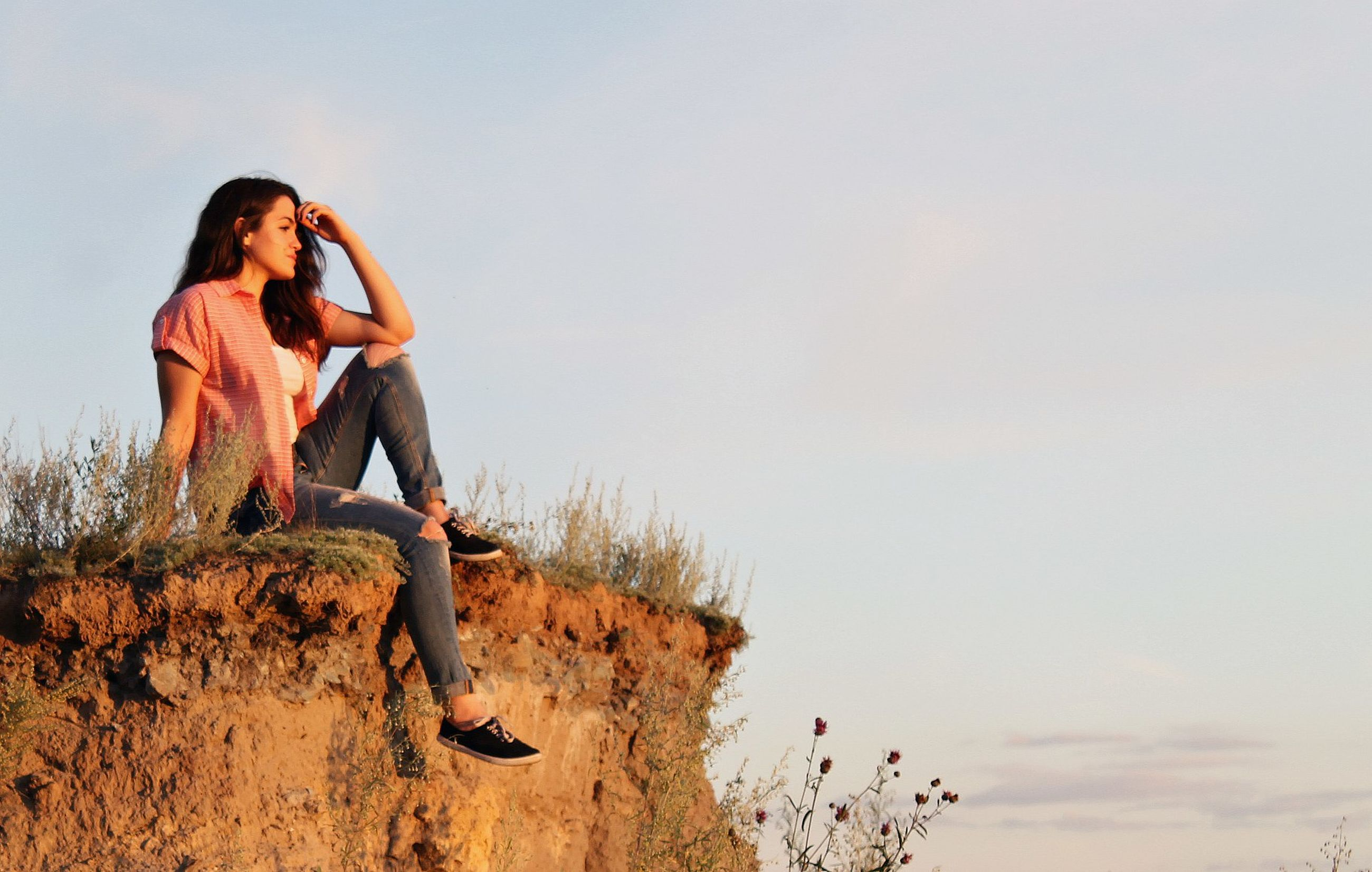 full length, young adult, young women, casual clothing, copy space, leisure activity, person, lifestyles, carefree, clear sky, sky, vacations, long hair, day, tranquility, nature, outdoors, tranquil scene, weekend activities