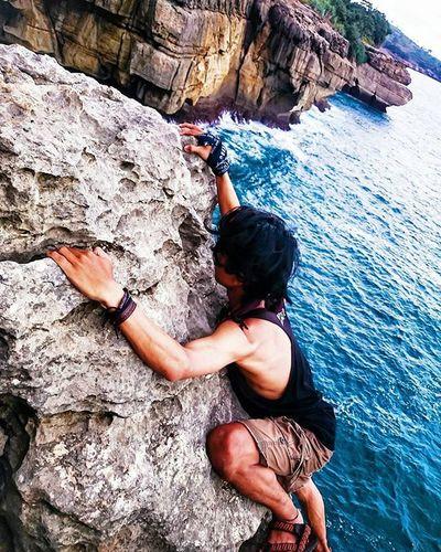 Keindahan Tulungagung yg trsembunyi, msih banyak indonesiaku ini menyimpan keindahan alam. Khususnya Jawa Timur kaya akan keindahan alamnya. Discovertulungagung Pejuangwisataalam Parapejalannusantara ExploreTulungagung Exposeindo Alami Tulungagung Climbing Belajarphoto . . . . . . Loc. Tebingbukitbanyumolok Tulungagung . . . . Photo by: @faqih_azzaky