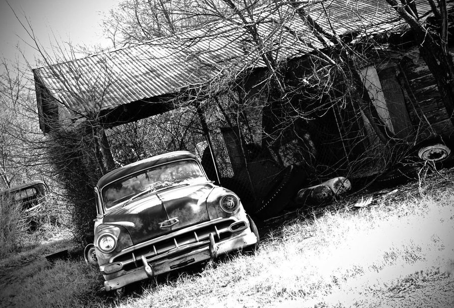 Antique Car Antique Car Old Cars Deep In The Heart Of Texas (: Old Building  Abandoned Buildings Texas Texas Photographer Rustic Rustic Style Old Car Texas Highway Blackandwhitephotography Blackandwhite Damaged Transportation Mode Of Transport Land Vehicle Obsolete