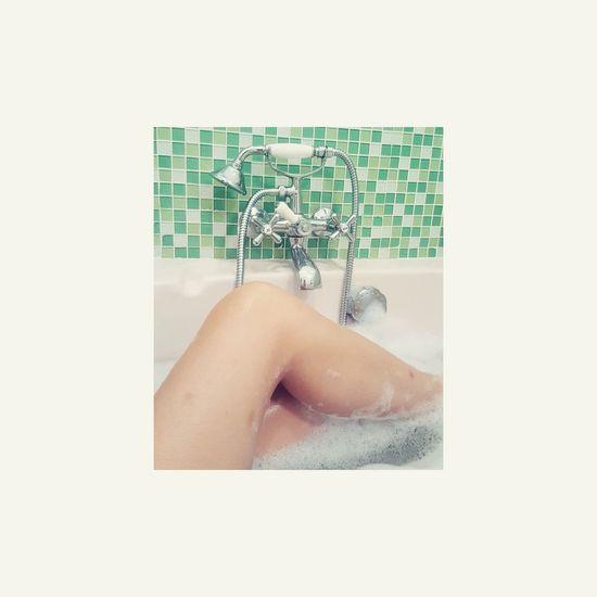 Une odeur apaisante. De la musique, les yeux fermés. Et se concentrer sur soitHuman Body Part Young Adult One Person Bathroom Marseille Student Chill