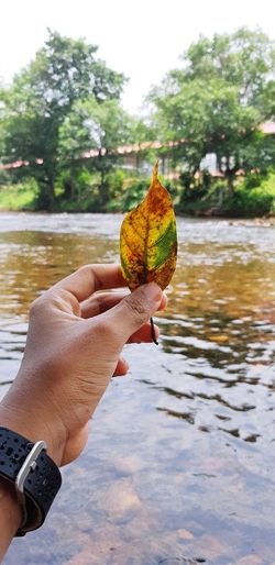 th.. Human Hand Water Holding Sky Close-up Squirrel Human Finger Finger Nail Art Thumb Ring Lake Butterfly - Insect Nail Varnish