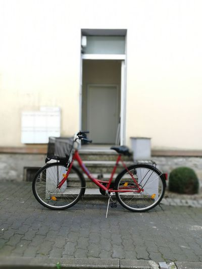 vor Ort Offen Haustür Einkaufskorb Damenrad Fahrrad Bike Besuch Bicycle Transportation Mode Of Transportation Land Vehicle Architecture Stationary City Building Exterior Built Structure Parking Street No People Day Outdoors Footpath Building Sidewalk Absence Focus On Foreground Copy Space Wheel